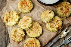 These Baked parmesan zucchini chips are crispy and delicious, perfect for a side dish or just as a snack (keto-friendly snack). Parmesan Zucchini Chips, Bake Zucchini, Vegan Zucchini, Breaded Zucchini, Keto Snacks, Healthy Snacks, Diet Recipes, Cooking Recipes, Diet Meals