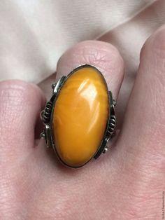 Винтажное кольцо с королевским янтарем в интернет-магазине на Ярмарке Мастеров. Винтажное кольцо с королевским янтарем природный ,полированный сбоку есть просвет на янтаре,это природная выямка см. фото Прибалтика 60е Размер ближе к 16 Состояние…