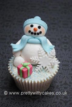 christmas idea for cupcakes Fancy Cupcakes, Snowman Cupcakes, Holiday Cupcakes, Baking Cupcakes, Cupcake Cookies, Ladybug Cupcakes, Kitty Cupcakes, Princess Cupcakes, Giant Cupcakes