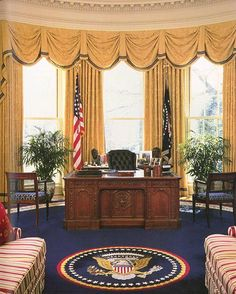 pictures inside the White House, the Oval Office and the resolute desk. Wahlen Usa, Resolute Desk, Dc Vibe, White House Washington Dc, Inside The White House, White Deck, Les Kennedy, Oval Office, Us Presidents