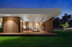 Blairgowrie 2 is a home located on the Mornington Peninsula, Victoria, Australia. It was designed by InForm in 2014 Flat Roof House, House With Porch, Modern Bungalow House, Modern House Design, Modern Architecture House, Architecture Design, Fachada Colonial, Glass Pavilion, Media Room Design