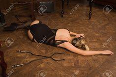 Simulación De La Escena Del Crimen. Mujer Sin Vida En Una Lencería De Lujo Tirado En El Suelo Fotos, Retratos, Imágenes Y Fotografía De Archivo Libres De Derecho. Image 25604343.
