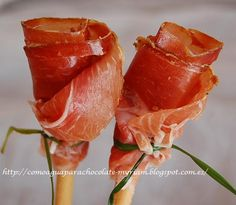 Jamon Iberico roses - You can put them in a vase but I don't think they will be there for long ; Healthy Eating Tips, Healthy Recipes, Food Decoration, Vegetable Drinks, Appetisers, Antipasto, Food Presentation, High Tea, Appetizer Recipes