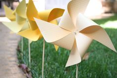 The incredibly sweet Jessica of In the Hushed Hours was kind enough to share this tutorial for DIY paper pinwheels. I love pinwheels. Pinwheels strung on a mobile? Pinwheel Tutorial, Diy Pinwheel, Diy Paper, Paper Crafts, Paper Art, Pinwheel Wedding, Diy Crafts For Kids, Arts And Crafts, Origami