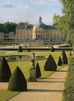 Chateau Vaux le Vicomte – built for Nicholas Fouquet started in 1658 completed in 1661 about 1250 acres Beautiful Castles, Beautiful Buildings, Beautiful World, Beautiful Places, The Places Youll Go, Places To See, Luís Xiv, Photo Chateau, Vaux Le Vicomte