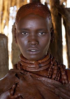 Completely Painted With Reddish Ochre Young Utah Hamer Woman About To Be Married Portrait Omo Valley Ethiopia :Photographer - Eric Lafforgue African Tribes, African Braids, African Women, Photographs Of People, Vintage Photographs, Vintage Photos, H Cosplay, Tribal People, Underwater Photos