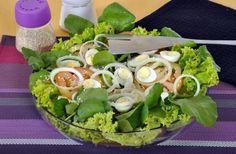 Tempo: 40minRendimento: 6Dificuldade: fácil Ingredientes: 1 maço de alface crespa lavado 1 maço de agrião lavado 1 cebola pequena fatiada 2 tomates fatiados 1 xícara (chá) de ovos de codorna cozidos cortados ao meio 4 colheres (sopa) de azeite Suco de 1 limão Sal e pimenta-do-reino a gosto Gergelim a gosto para decorar Modo de […]