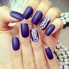 Uñas azules decoradas con pegatinas - Blue nails with stickers