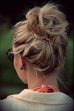 High Messy Bun Hairstyles Ideas High Messy Bun Hairstyles IdeasMessy hair everywhere. Who doesn't like perfect messy hair? Whether your hair is short, medium or long, h Messy Bun Hairstyles, My Hairstyle, Pretty Hairstyles, Messy Updo, Winter Hairstyles, Perfect Hairstyle, Wedding Hairstyles, Easy Messy Bun, Fast Hairstyles