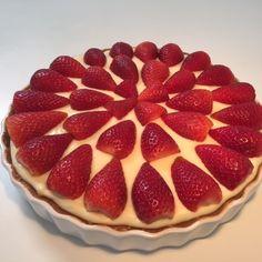 Hjemmelavet jordbærtærte- strawberry tart, recipe in Danish Danish Cake, Danish Dessert, Danish Cuisine, Danish Food, Sweet Recipes, Cake Recipes, Dessert Recipes, Magic Chocolate Cake, Strawberry Tart