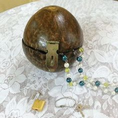 Picture of Coconut Shell Jewelry Box Rustic Crafts, Diy Crafts, Rustic Decor, Shell Jewelry, Jewelry Box, Shell Schmuck, Coconut Shell Crafts, Craft Websites, Shell Art