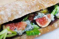 Broodje met vijgen, gorgonzola en sla