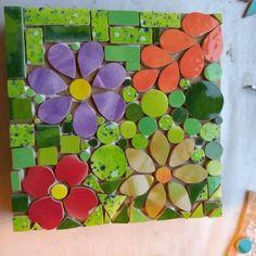 No hay descripción de la foto disponible. Mosaic Tile Art, Mosaic Pots, Mosaic Diy, Mosaic Crafts, Mosaic Projects, Felt Patterns, Mosaic Patterns, Mosaic Flowers, Floor Art