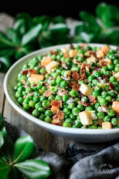 Pea salad with bacon is an easy summer recipe that combines raw ingredients with frozen peas and pickled peppers. It's a simple dish that everyone loves! Pea Salad With Bacon, Salad Recipes With Bacon, Bacon Recipes, Healthy Side Dishes, Vegetable Side Dishes, Vegetable Recipes, Easy Summer Meals, Summer Salads, Supper Recipes