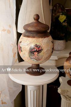 Bomboniera wykonana decoupage -z elementami w stylu romantycznym Decoupage Glass, Homemade, Ornaments, Bottles, Crafts, Wine, Glasses, Home Decor, Diy And Crafts