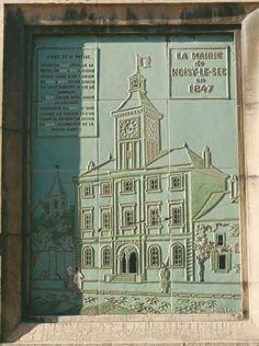 La mairie en 1841  Adresse : Hôtel de ville, Place du Maréchal Foch, Noisy-le-Sec, France  Datation XXe siècle    Actuellement disposée sur une partie latérale de l'hôtel de ville, cette ornementation représente la mairie telle qu'elle apparaissait au sortir des travaux de l'architecte Lequeux.
