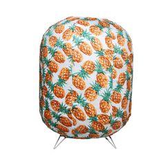 Lampe en tissus motifs Ananas de la marque & Klevering. Lampe à poser sur une table, une étagère, un escabeau, une table de chevet ou dans tout autre endroit selon vos désirs ou vos envies. Pour raviver les couleurs de votre intérieur. Elle peut également être utilisée sur votre terrasse pour de longues soirées d'été.