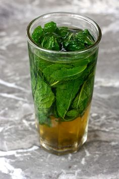 Moroccan mint tea, Fez -stuff glass with mint and add boiling green tea Refreshing Drinks, Yummy Drinks, Healthy Drinks, Healthy Eating, Mint Tea, My Cup Of Tea, Middle Eastern Recipes, Cocktail Drinks, Drinking Tea