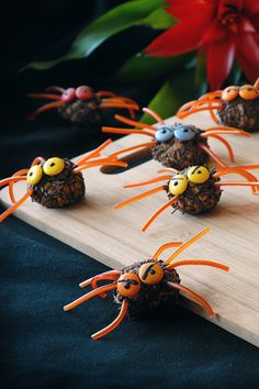 Roliga spindlar som passar perfekt till halloween! #pyssel #chokladbollar #fika #halloween Halloween Train, Halloween Dinner, Halloween Desserts, Halloween 2020, Halloween Crafts, Happy Halloween, Holiday Parties, Fika, Blenders
