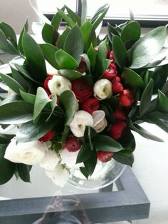 white&red renoncules bouquet