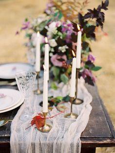 Shades of lilac for autumn Wedding Place setting Ideas   Photo by Igor Kovchegin   Fab Mood