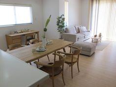 メープル材の床にナラ・タモ材の家具でコーディネートした実例です!