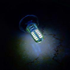 Penampakan cahaya dari lampu LED T10 tancap 24 mata SMD 3014 silicon.