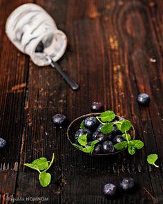 Semi-Frozen-Yogurt – das ideale Dessert für heiße Tage und laue Nächte! Es ist im Handumdrehen zubereitet und ein wahr gewordener Joghurt-Frischkäse-Traum. Frozen Yogurt, International Recipes, Nom Nom, Dessert, Summer, Deserts, Postres, Desserts, Plated Desserts