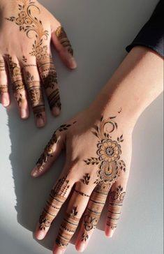 Palm Henna Designs, Palm Mehndi Design, Pretty Henna Designs, Modern Henna Designs, Latest Arabic Mehndi Designs, Mehndi Designs For Kids, Back Hand Mehndi Designs, Mehndi Designs Book, Mehndi Design Pictures