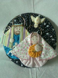 Sagrada Familia produzida em tecido 100% algodão, adotando a reciclagem de cd´s na base. As estampas dos tecidos variam. R$30,00