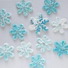 "267 To se mi líbí, 10 komentářů – bluecookbook (@blue.cook.book) na Instagramu: ""❄️❄️❄️ Навеяно жаренью 🌡 #безе#меренга#безеснежинки#meringue#meringuecookies#suspiros#suspiro"" Holiday Cakes, Holiday Treats, Christmas Treats, Christmas Baking, Meringue Desserts, Meringue Cookies, Royal Icing Templates, Macarons, Cake Decorating Frosting"