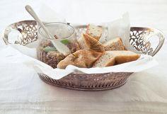 Tapenade de azeitonas verdes | #ReceitaPanelinha: A tapenade é uma pastinha rústica feita de azeitonas. Além de deliciosa com um pãozinho quente, é ótima também para ser servida como molho para massas ou mesmo acompanhando uma carne branca.