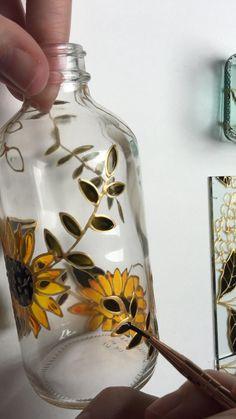 Glass Painting Patterns, Glass Painting Designs, Glass Bottle Crafts, Wine Bottle Art, Diy Bottle, Painted Glass Bottles, Diy With Glass Bottles, Decorated Wine Bottles, Paint Bottles