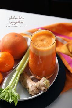 Kolejny zdrowy koktajl warzywno-owocowy. Świeżo wyciskany Sok z jabłek, pomarańczy, marchewki, selera i imbiru jest świetny na katar i przeziębienie. Idealny na zwiększanie naszej odporności. Dodatek imbiru działa rozgrzewająco i podkręca nasz metabolizm. (2-3 porcje)  Marchewki, pomarańcze, imbir obrać. Z jabłek wydrążyć gniazda nasienne. Wrzucić do sokowirówki razem z selerem i wycisnąć sok. Dodać… Lemon Smoothie, Smoothie King, Raw Food Recipes, Gluten Free Recipes, Cooking Recipes, Health And Beauty, Smoothies, Panna Cotta, Pudding
