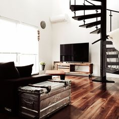 mayuさんの、Lounge,観葉植物,植物,吹き抜け,ブリキ,螺旋階段,狭小住宅,ジャーナルスタンダードファニチャー,TVボード DIY,テレビ台DIY,アクリル板,journal standard Furniture,アルミコンテナについての部屋写真