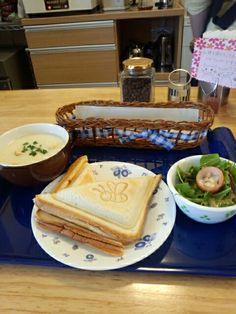 今日のお昼ご飯はホットサンド玉子味と手作りスープのセットいただいています。