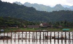 Sangkhlaburi houten brug - onderwater tempels, tegen grens Birma