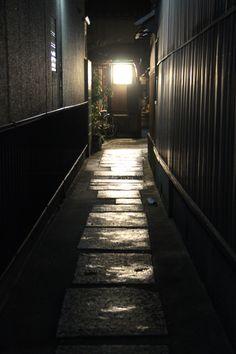 Lantern lit alley in black - Zenbu Zen Tour 2015 Light And Shadow, Kyoto, Lanterns, Tokyo, Road Trip, Culture, Japan, Lights, Etiquette
