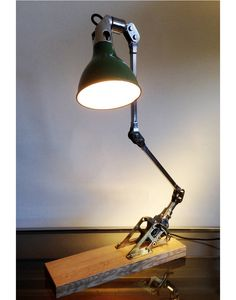 MEK-ELEK machinist work light with a polish stell arms and enamel shade. With is orignal brass braket, fixed on a nice piece of oak . Origin: London Royaume-uni Circa: 1940s