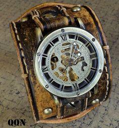Herren Jahrgang Farbe braun Uhr Manschette gemacht mit Gemüse gegerbtes Leder, handgefertigt, handpunziert, Hand mit natürlichen Thread gekettelt. Die Leder-Manschette ist 2 1/4 Zoll breit und passt ein 8- 8 3/4-Handgelenkgröße. Die Band enthält eine Vintage-Stil Antik Messing Steampunk Zifferblatt - mechanische - und ist abnehmbar und austauschbar, schwere Pflicht Schnalle bietet Schließung. Sie müssen die Zeit einstellen, und drücken die Schaltfläche Überwachung in die Uhr zu starten, wenn…