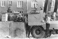 Mauerbau, Aufstellen von Betonblöcken, 1961 — Bundesarchiv, Bild 173-1321 / Helmut J. Wolf / CC-BY-SA 3.0
