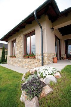 Kompromisszumos megoldás, hogy alanyaink Veresegyházán vásároltak telket. Míg a feleség Miskolcon dolgozik, a férj Budapesten. Ha nem is félúton, de húztak egy határt. House Exterior, Cabins And Cottages, Natural Homes, Bungalow Design, Village House Design, House Designs Exterior, Beautiful House Plans, Cottage Garden, Exterior