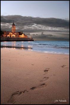 Asturias - Xixón  Gijón (en asturiano Xixón) es una ciudad española, con la categoría histórica de villa, capital del concejo del mismo nombre. Está situada en la costa Beautiful Places In The World, Great Places, Places To Travel, Places To Visit, Magic Places, Asturias Spain, Spain And Portugal, Spain Travel, Beach Trip