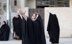 Mulher chora durante funeral de parente que foi morto em ataque a bomba fora de café, em Bagdá, no Iraque.