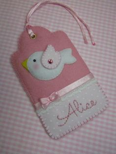 Adorable tag made of felt Baby Crafts, Cute Crafts, Felt Crafts, Fabric Crafts, Sewing Crafts, Sewing Projects, Projects To Try, Paper Crafts, Felt Baby