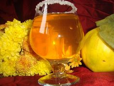 CAIETUL CU RETETE: Lichior de gutui Alcoholic Drinks, Beverages, Good Food, Yummy Food, Cooking Recipes, Healthy Recipes, Limoncello, Cannoli, Smoothies