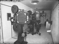 """Elokuvateatteri Casinon uudet elokuvakoneet äänielokuvien esittämistä varten. """"Äänielokuva saapunut Turkuun. Casino-teatteri alkaa tänään näytellä Broadwayn säveltä"""" kirjoitti Turun sanomat 14.11.1929. Tätä ennen elokuvien elävöittämisen olivat hoitaneet kamariorkesterit."""
