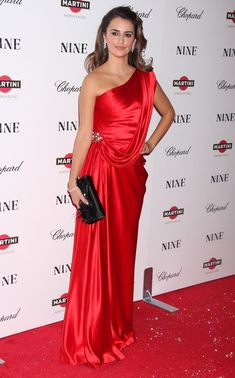 Penelope Cruz One Shoulder Dress - Penelope wore a satin red, one shoulder Haute Couture 1989 gown chosen by Karl Lagerfeld. The actress couldn't have looked more glamorous. So stunning! Silk Satin Dress, Satin Dresses, Sexy Dresses, Strapless Dress Formal, Formal Dresses, Wedding Dresses, Formal Wear, One Shoulder Dress Long, Silk Evening Gown