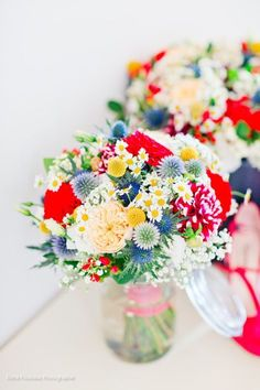 Colorful bouquets Colorful vintage country wedding Happiness workshop www. Floral Wedding, Wedding Colors, Wedding Bouquets, Color Explosion, Vintage Country Weddings, Deco Champetre, Bridal Flowers, Bunt, Wedding Table