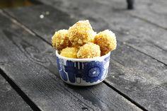 Det är inte det nyttigaste du kan äta, men kanske det godaste. Friterade ostbollar med jalapeños blir ännu godare med ett skal av ostbågar.
